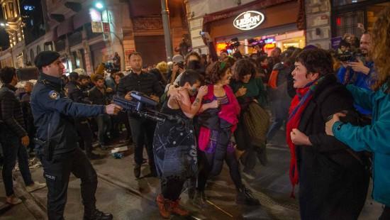 Polizei stoppt Demonstrantinnen