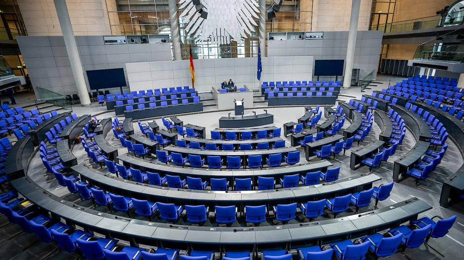 Mehr als 700 Abgeordnete müssen aktuell im Plenum des Bundestags Platz finden.
