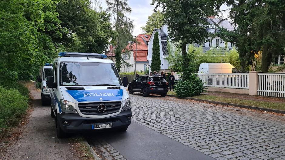 Ein Polizeiauto steht am 14.07.2020 nahe des Tatorts. Beamte berichteten am Montag vor Gericht von einer filmreifen Verfolgungsjagd.