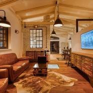 Schönheit aus zwei Epochen: Der flache Fernseher passt bruchlos zur Manufaktur-Ästhetik