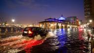 Winterwetter bringt Sturmflut und glatte Straßen