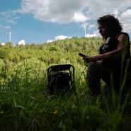 Die Aktivistin Vera Krug auf der Suche nach seltenen Greifvögeln und Schwarzstörchen im Umfeld der Windräder auf dem Stillfüssel im Odenwald