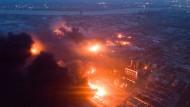 Feuer nach der Explosion in einer Chemiefabrik
