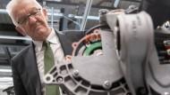 """In die """"Mobilitätswende"""" investieren? Kretschmann und ein Elektroantrieb"""