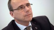 Peter Beuth (CDU), Innenminister von Hessen, nimmt an einer Sitzung des Innenausschusses teil.