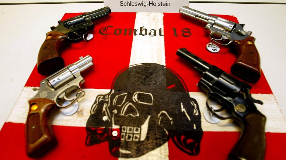 Sichergestellt: Propaganda-Material und Waffen