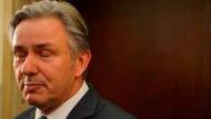 Wowereit gibt seinen Rücktritt vom Aufsichtsratsvorsitz der Flughafen Berlin Brandenburg GmbH bekannt.