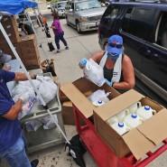 Freiwillige bei einer Essensverteilung in Dallas: Texas ist längst zum Covid-Hotspot in Amerika geworden.