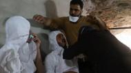 Opfer des Angriffs werden mit Sauerstoff behandelt.
