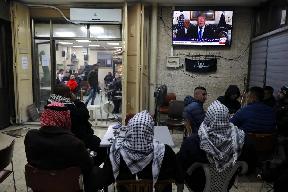 Palästinenser verfolgen Trumps Pressekonferenz.