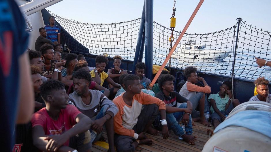 """Flüchtlinge an Bord des deutschen Rettungsschiffs """"Alan Kurdi"""""""