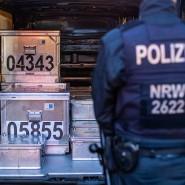 19.11.2019, Nordrhein-Westfalen, Duisburg: Polizeibeamte sichern kistenweise Beweise nach einer Durchsuchung in einem Geschäft. Etliche Metallkisten mit Gold und Bargeld wurden bei einer Großrazzia gegen illegale Millionentransfers sichergestellt.