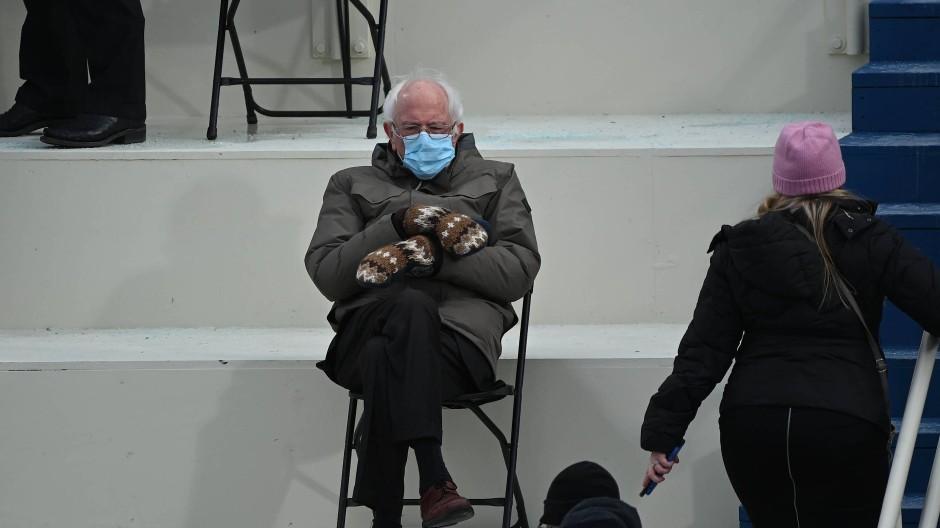 Vielleicht nicht elegant, dafür warm gekleidet: Bernie Sanders