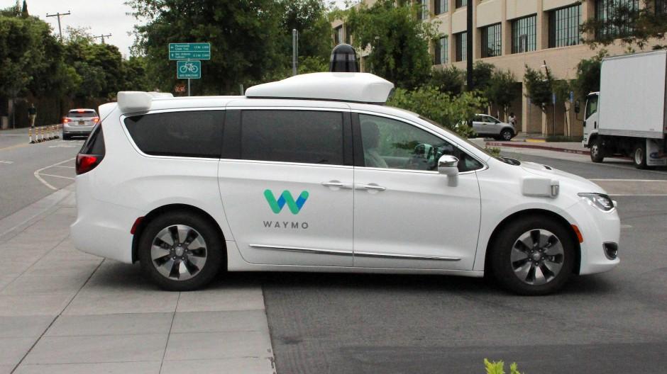 Ein Waymo-Auto in Mountain View in Kalifornien