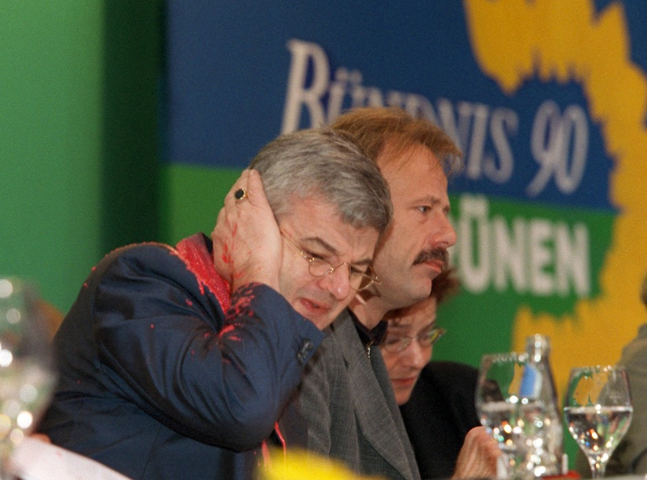 Von Farbbeutel getroffen: Joschka Fischer 1999 auf einem Sonderparteitag der Grünen