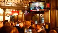 In einer Bar in Whitehall schauen Gäste die Abstimmung im Fernsehen an.