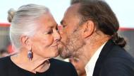 Schauspielerin Vanessa Redgrave bekommt auf dem roten Teppich einen Kuss von Ehemann Franco Nero.