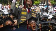 Die Absolventen des Morehouse College, nachdem der Milliardär Robert F. Smith angekündigt hat, ihre Studienkredite zu bezahlen.