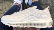 Nike Air Max 1 am Fuß der Autorin. In der Hand: Nike Air Max 97 Foot Locker Only