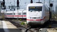 Überlänge: Wegen eines Unwetters brauchen viele Züge im Rhein-Main-Gebiet am Sonntag und Montag lange, um an ihr Ziel zu gelangen. Viele Fahrgäste fühlen sich aber nur unzureichend informiert.