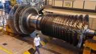 Ein Mitarbeiter von General Electric geht 2014 an einer Gasturbine vorbei.