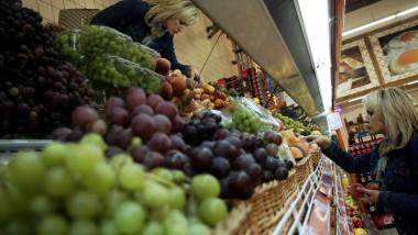 Obst im Überfluss: eine Frau in einem Supermarkt in Weißrusslands Hauptstadt Minsk.