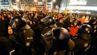 Zwei Polizisten wurden am Montagabend in Frankfurt verletzt, sechs Gegendemonstranten festgenommen.