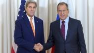 Der amerikanische Außenminister John Kerry (links) mit seinem russischen Amtskollegen Sergej Lawrow in Genf