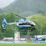 Ein Hubschrauber der Polizei startet von einer Grünfläche bei Oppenau.