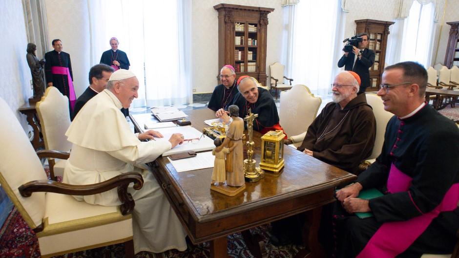 Vergangene Zeiten: Bei der Audienz von Kardinal Di Nardo (zweiter v. l.) beim Papst schien die Welt noch in Ordnung.