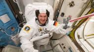 Alexander Gerst bereitet sich auf der ISS auf einen Ausstieg ins Weltall vor.