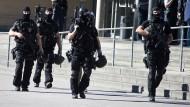 Sondereinsatzkräfte der Polizei am Kinocenter Kinopolis in Viernheim