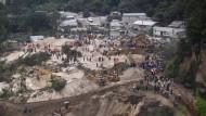 Rettungskräfte bergen 160 Tote nach Erdrutsch