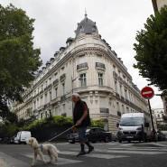 Ein Passant vor dem Gebäude in Paris, das Jeffrey Epstein gehörte.