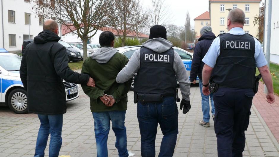 Bundespolizisten führen einen mutmaßlichen Schleuser ab (Dezember 2014).