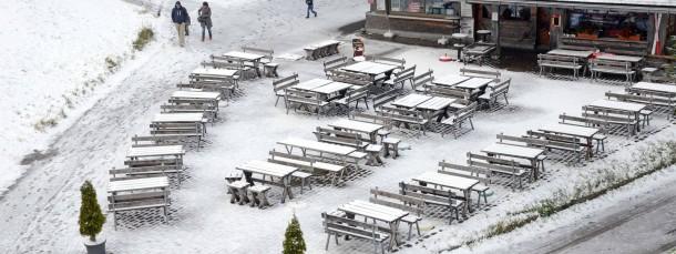 Überzuckert scheinen Tische und Bänke eines Ausflugslokals auf dem 1493 Meter hohen Feldberg im Schwarzwald