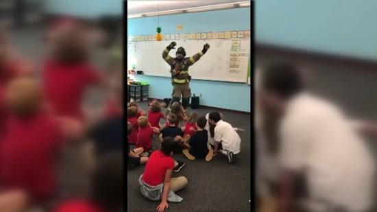 Steppender Feuerwehrmann begeistert Schulklasse