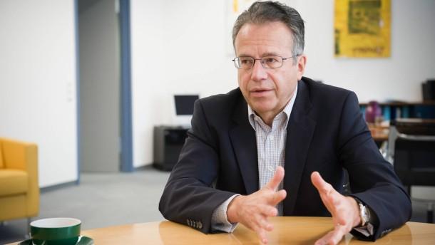 Frank-Jürgen Weise - Der Vorstandsvorsitzende der Bundesagentur für Arbeit spricht in seinem Nürnberger Büro mit Sven Astheimer