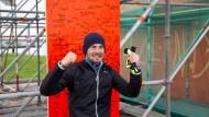 Ja, ich hab's geschafft! F.A.Z.-Redakteur Nils Thies feiert seine Zielankunft beim Spendenlauf im Rahmen der Tortour de Ruhr in Duisburg.