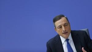 Draghi hält an lockerer Geldpolitik fest