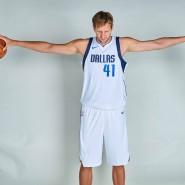 Eine riesige Zeitspanne im Basketball: DIrk Nowitzki spielt bereits im 20. Jahr für denselben Verein, die Dallas Mavericks.