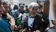 Unerwarteter Freispruch: Der russische Historiker und Menschenrechtler Jurij Dmitrijew verlässt das Gerichtsgebäude.