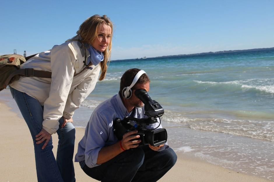 Dreharbeiten am australischen Strand: Mit Filmen zeigte einst ihr Großvater der Welt die Schönheit der Meere. Seine Enkelin macht so auf die Gefahren aufmerksam.