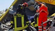 Rettungskräfte suchten stundenlang in den Trümmern nach Überlebenden.