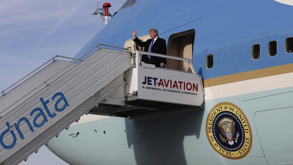Winke, winke: Donald Trump steigt aus der Air Force One in Zürich aus.