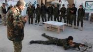 Stark überdehnt: Rekruten werden in einem Lager im von Rebellen kontrollierten Teil Aleppos ausgebildet.