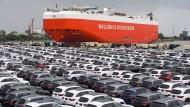 Neuwagen von Mercedes-Benz auf einem Autoterminal in Bremerhaven