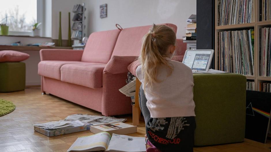 Für die Grundschülerin wird das Wohnzimmer zum virtuellen Klassenraum.