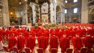 Glanz und Prunk wie hier vor der Papstwahl 2013 in Rom sind im Kirchenalltag selten zu spüren.