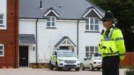 Ein Polizist steht vor dem Wohnhaus in Amesbury